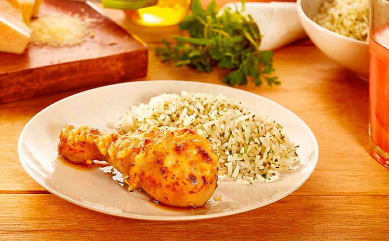 Coxa de frango assada com parmesão e creme de cebola caseiro e arroz branco com ervas