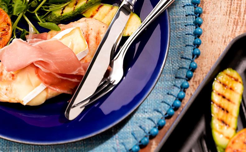 Filé de frango à cordon bleu com abobrinha grelhada