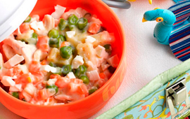 Macarrão com frango e legumes ao molho branco