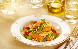 Arroz com frango, colorau, castanha de caju e tomatinhos assados