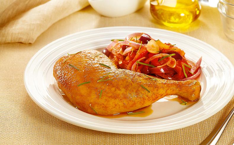 Coxa com sobrecoxa assada com tomate, cebola roxa, azeitona preta e alecrim