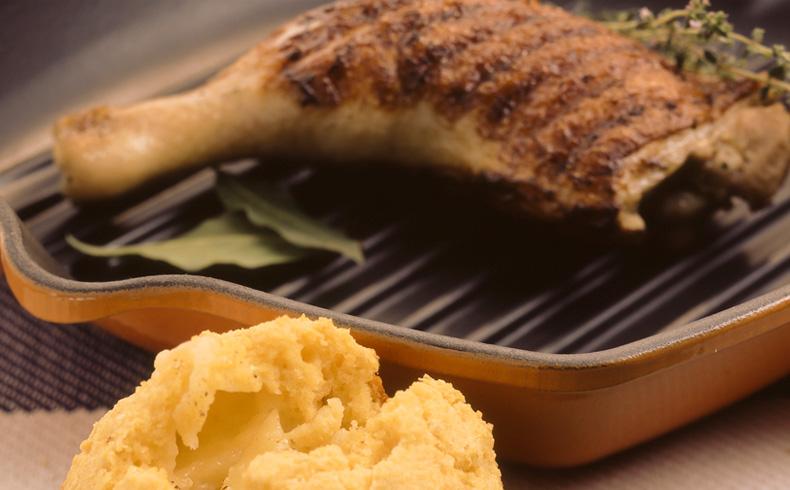 Frango grelhado com pão de milho