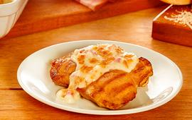 Gratinado de coxa e sobrecoxa com bacon, cebola e queijo