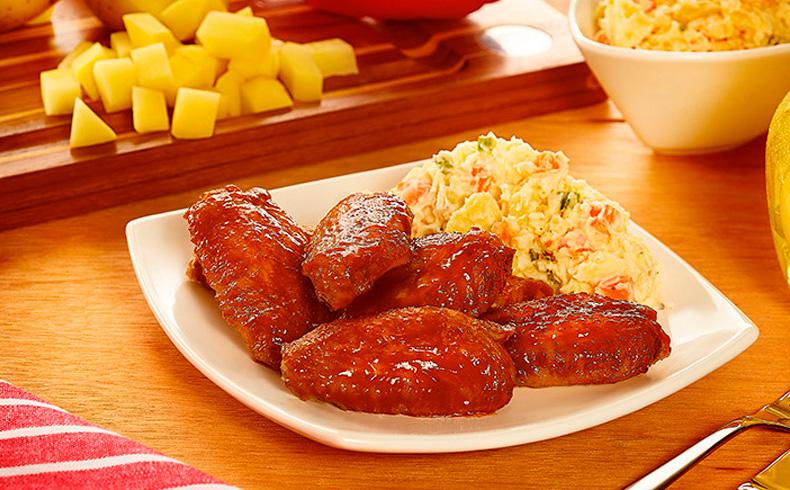 Meio da asa assada com barbecue de goiabada e maionese de legumes