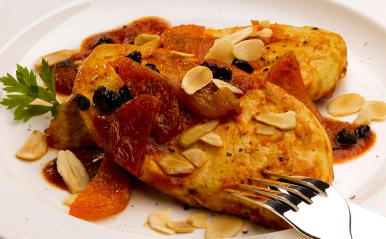 Peito de frango grelhado com molho de açafrão, frutas secas e amêndoas