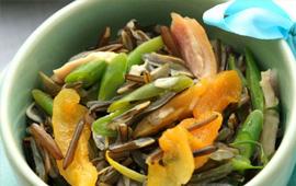 Salada de arroz selvagem com frango defumado