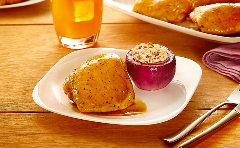Sobrecoxa assada com cebola roxa recheada com ricota, castanha de caju e tomate