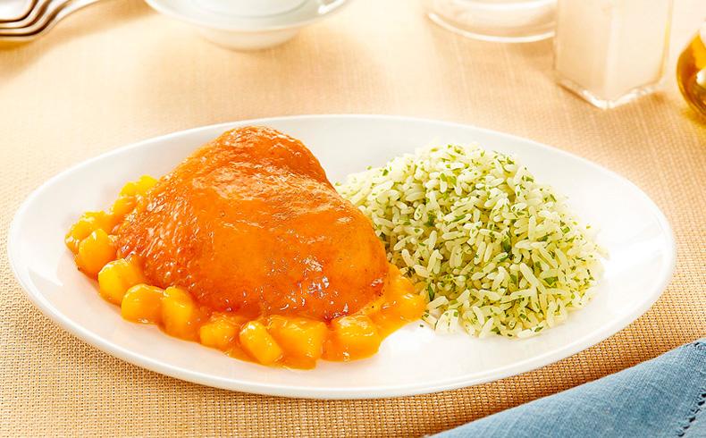 Sobrecoxa assada com molho de manga e arroz de ervas