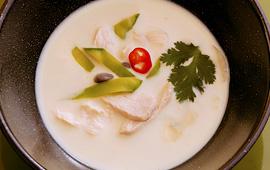 Sopa frango com leite de coco