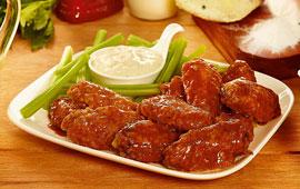 Buffalo wings com molho de gorgonzola e talos de salsão