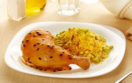 Coxa com sobrecoxa de frango assada com molho de maracujá e mel e farofa de abobrinha