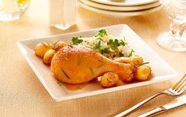 Coxa de frango assada com cebola caramelizada e arroz de brócolis