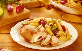 Filé de peito em bifes recheados com muçarela, tomate e alecrim e penne com legumes grelhados