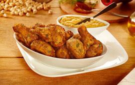 Frango a passarinho frito com tempero de páprica e tomilho e pasta de grão de bico