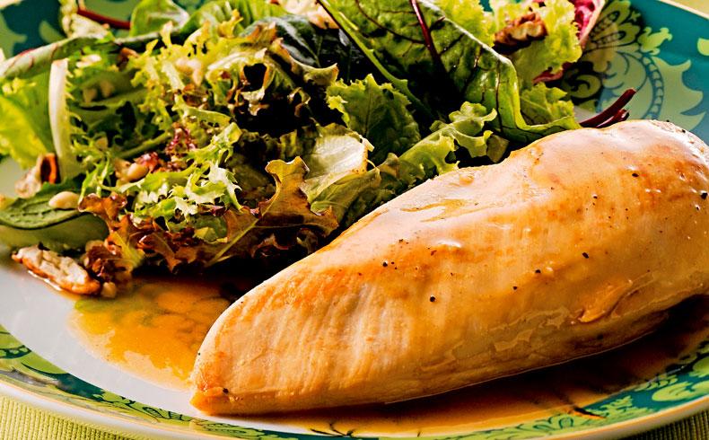 Frango grelhado com suco de maçã e salada verde
