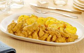 Iscas de frango com molho cremoso de mostarda e batatas assadas