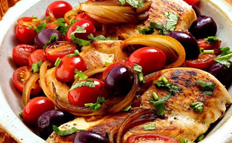 Peito de frango com tomate grape e azeitona preta