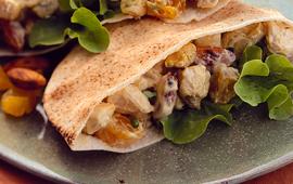 Sanduíche de frango com curry, amêndoas e damasco