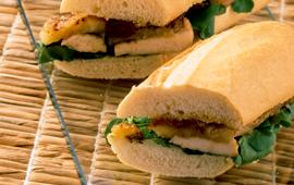 Sanduíche de pão francês com frango e chutney de manga