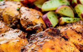 Sobrecoxas de frango Seara DaGranja assadas com batata-doce e ervas