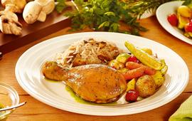Coxa de frango assada com legumes e azeite de ervas e arroz com cogumelos