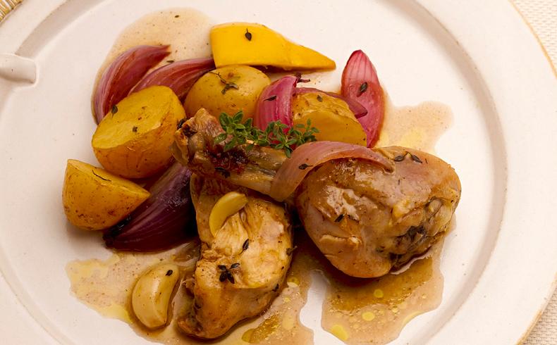 Frango assado com batata, alho e tomilho