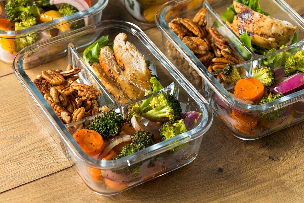 Um menu de refeições para a semana com frango