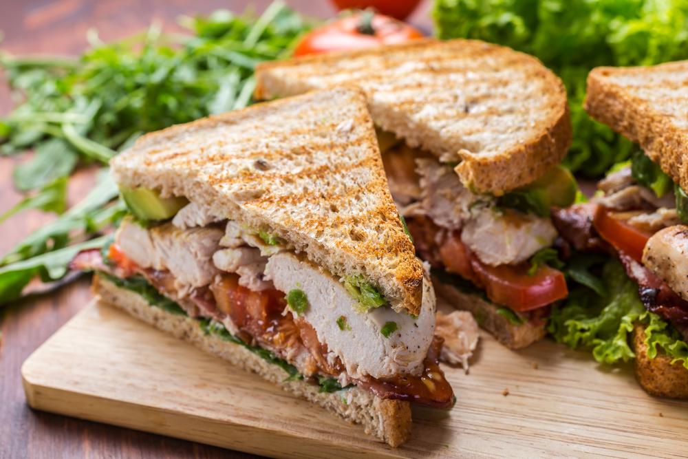 Sanduíche natural de frango grelhado com abacate
