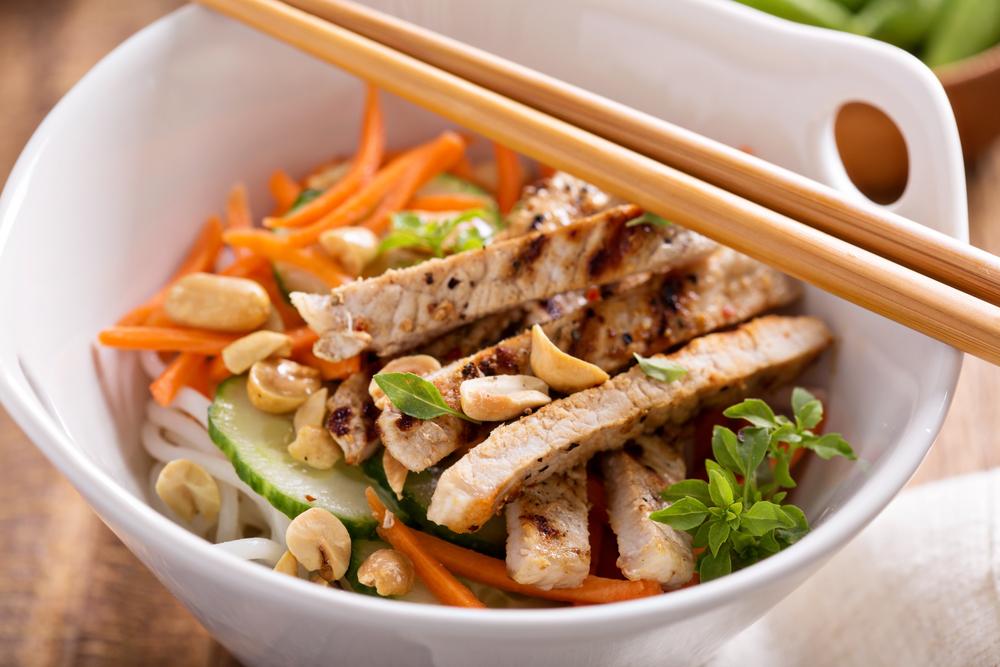 Salada asiática apimentada de frango