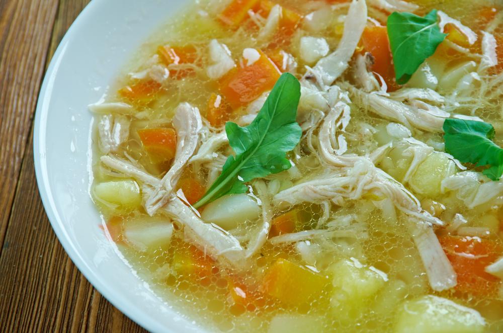 Canja de galinha com arroz e legumes