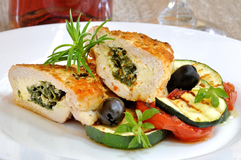 Enroladinho de frango com legumes e molho