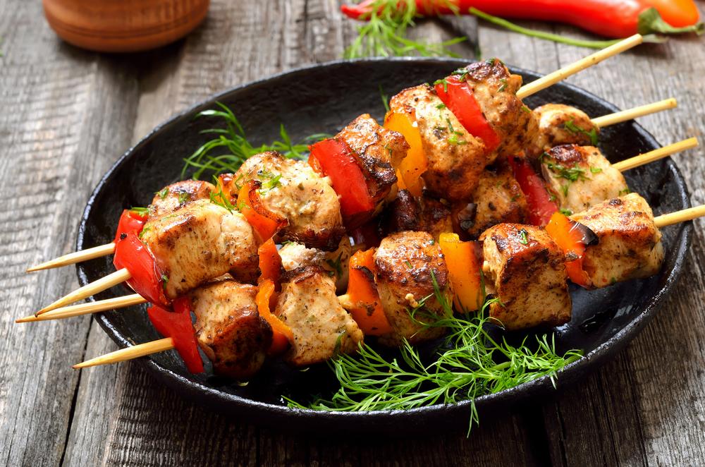 Espetinho de frango ao forno com molho de ervas e batata ao murro