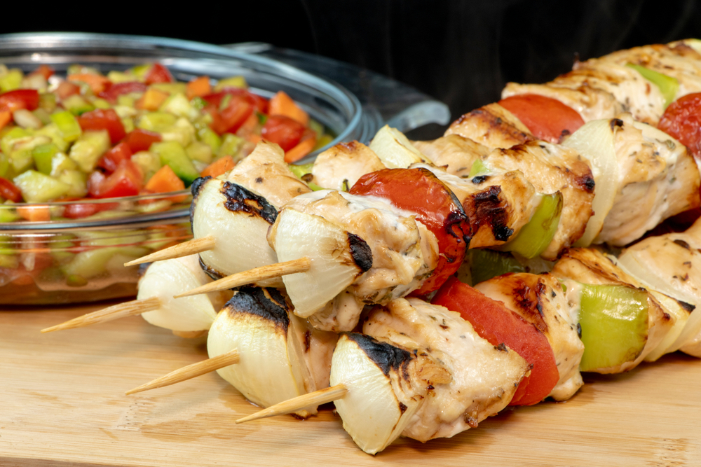 Espetinho de frango árabe com vinagrete de melaço
