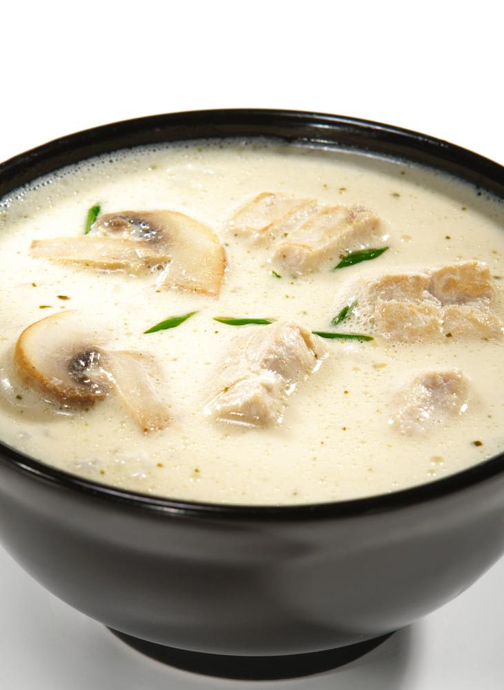 Sopa cremosa de frango com cogumelos