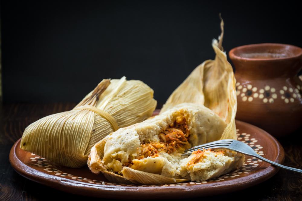 Tamales de frango com arroz mexicano