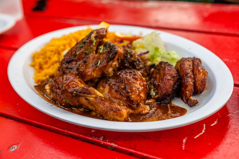 Frango assado à moda jamaicana com farofa e arroz