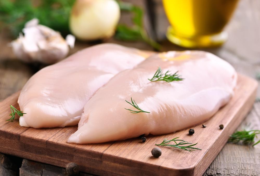 É preciso lavar o frango antes de preparar?