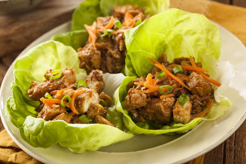 Tacos de frango tailandeses no repolho