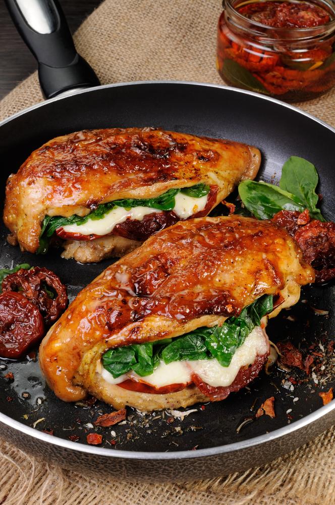 Peito de frango recheado com tomate, pesto de manjericão e muçarela de búfala